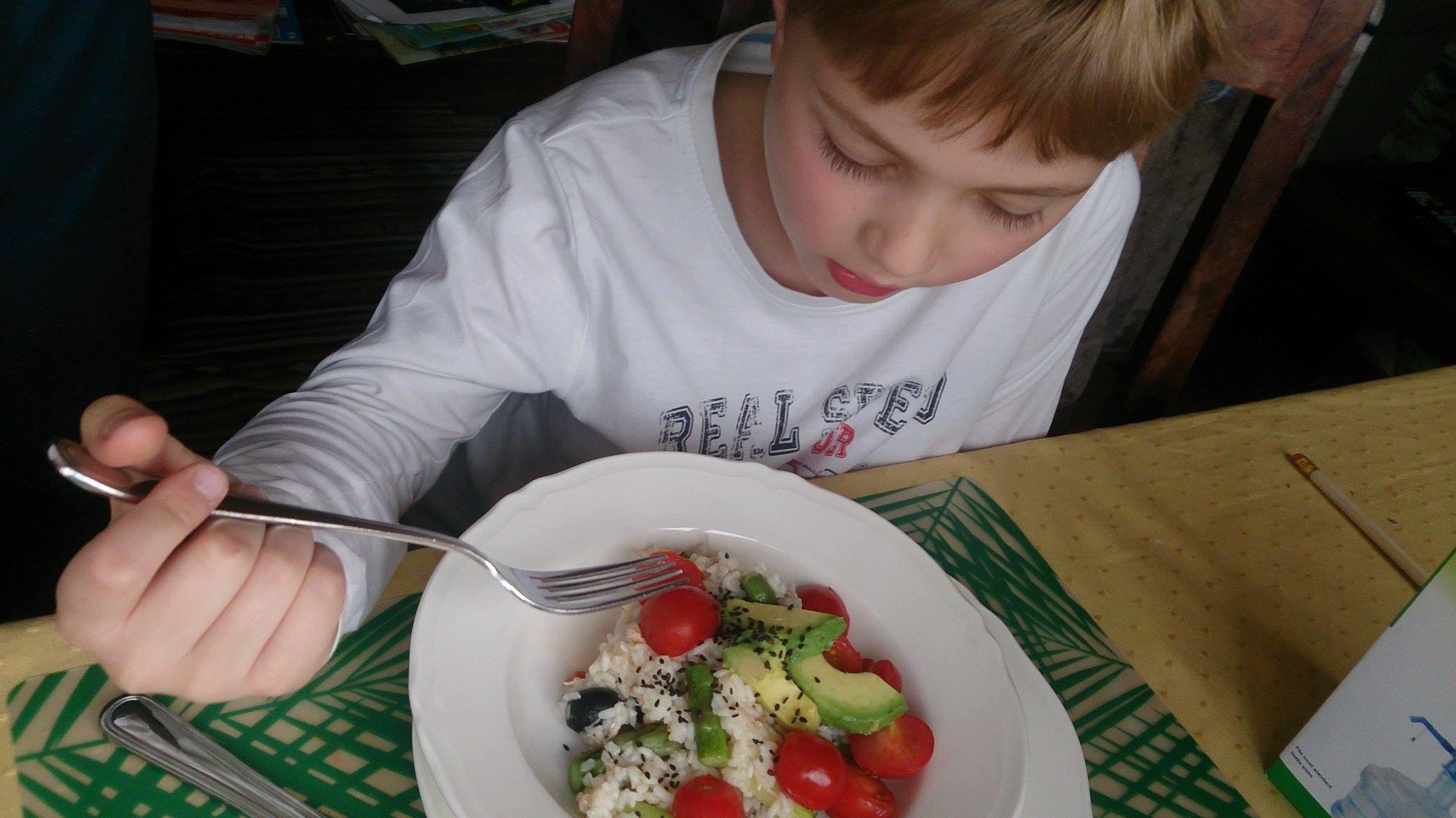 prosty przepis na ryż z warzywami i łososiem