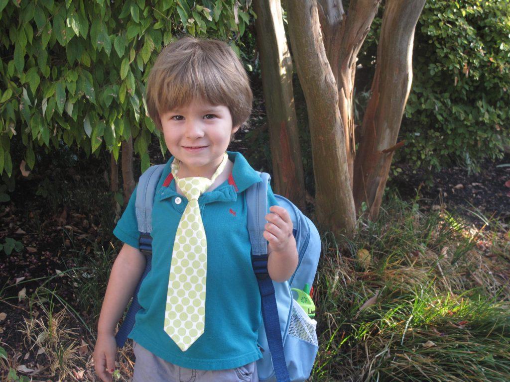 chłopiec z plecakiem w drodze do szkoły