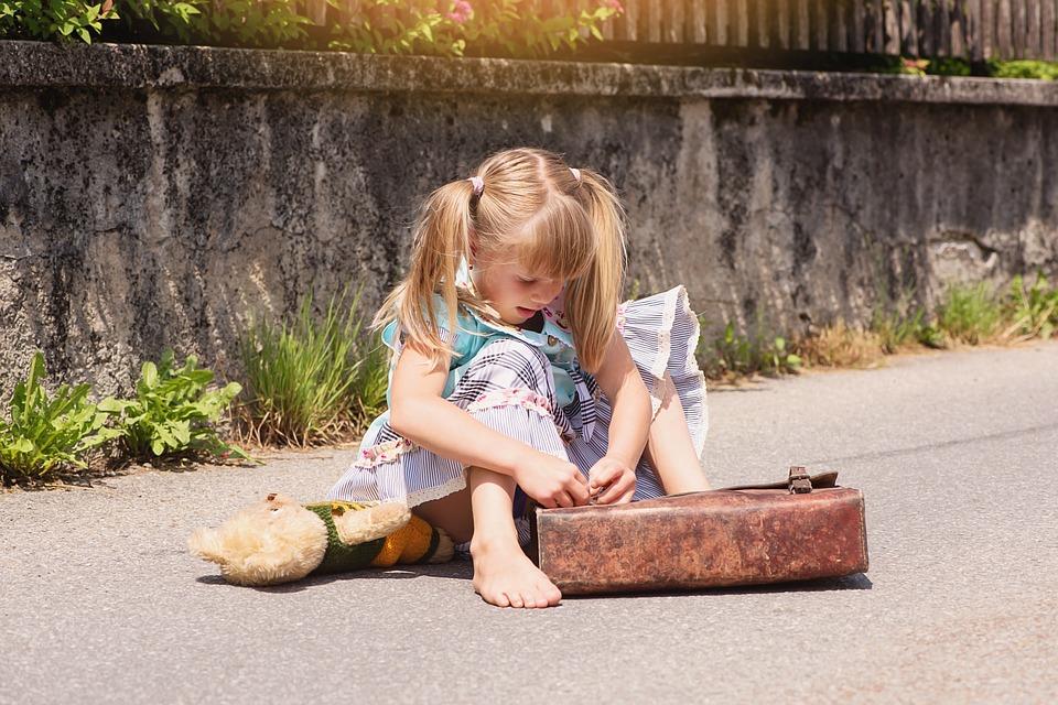 dziewczynka z tornistrem