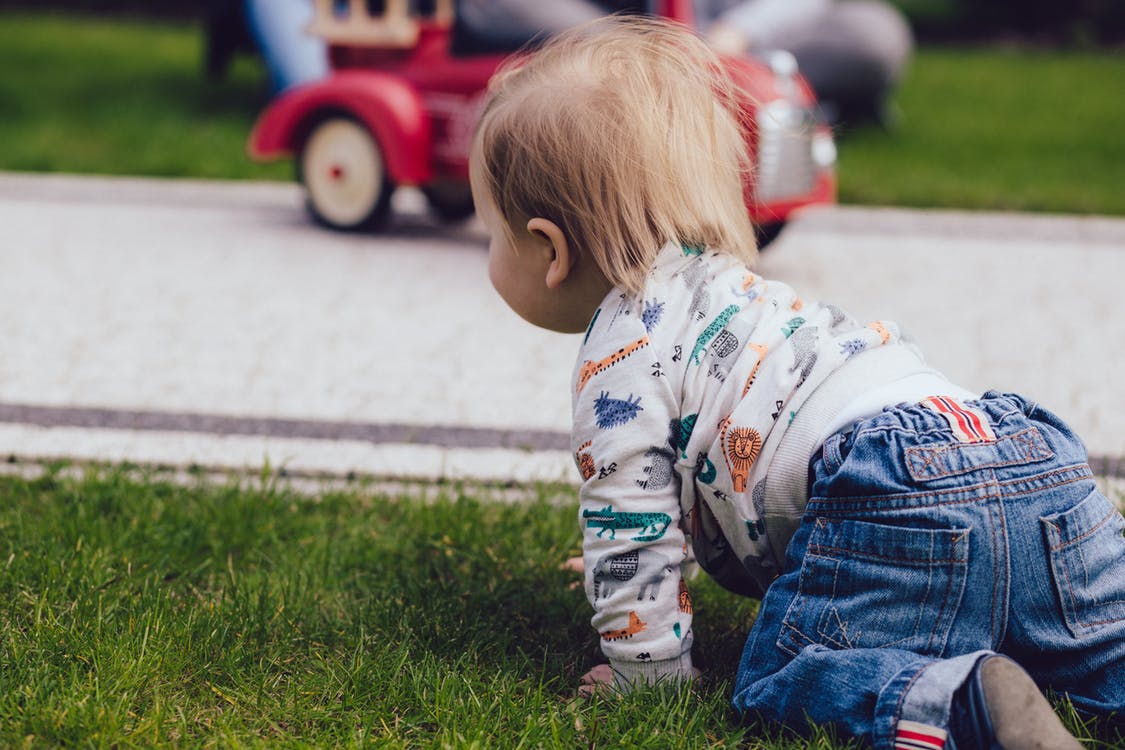 jak pomóc w nauce chodzenia i raczkowania